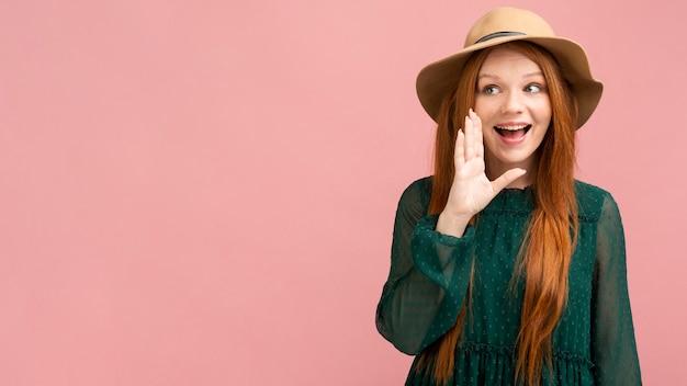 Donna di smiley del colpo medio con copia-spazio Foto Gratuite