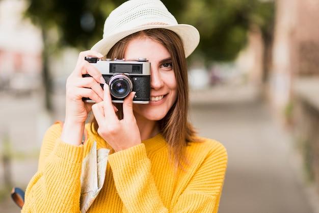 Donna di viaggio sola che scatta una foto Foto Gratuite