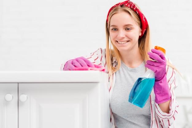 Donna di vista frontale a casa pulizia Foto Gratuite