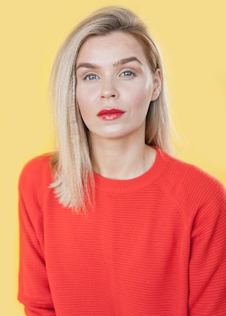 Donna di vista frontale che indossa rossetto rosso Foto Gratuite