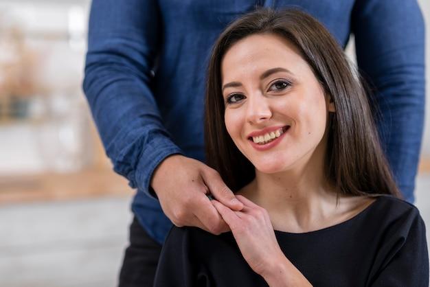 Donna di vista frontale che tiene la mano di suo marito Foto Gratuite