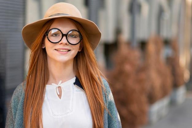 Donna di vista frontale con la posa di vetro Foto Gratuite