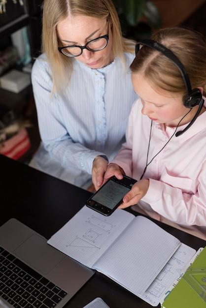 Donna e ragazza a fare i compiti Foto Gratuite