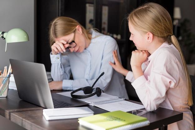 Donna e ragazza che hanno problemi scolastici Foto Gratuite