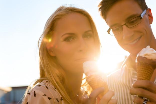 Donna e uomo mangia un gelato Foto Premium