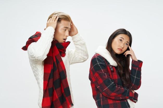 Donna ed uomo asiatici sul modello di posa di superficie luminoso di colore insieme Foto Premium