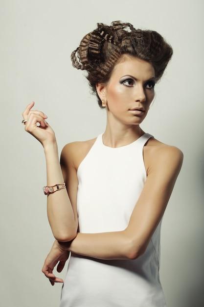 Donna elegante con trucco e acconciatura di lusso Foto Premium