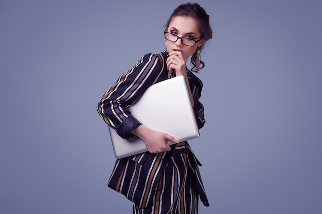 Donna elegante di fascino in vestito e vetri di modo con il taccuino Foto Premium