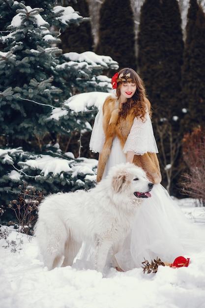 Donna elegante in un lungo abito bianco Foto Gratuite