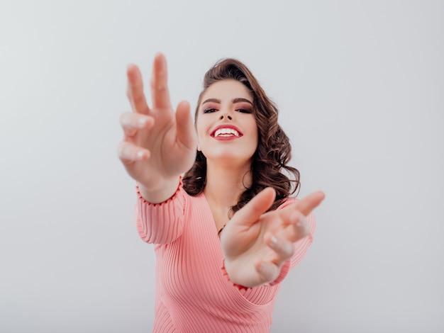 Donna emozionante che allunga le sue braccia Foto Premium