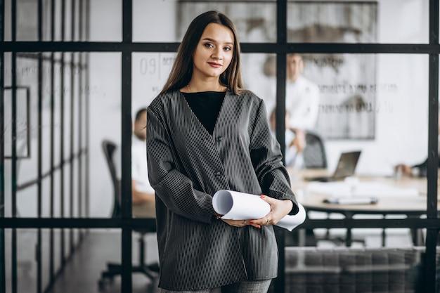 Donna esecutiva di affari in un ufficio Foto Gratuite