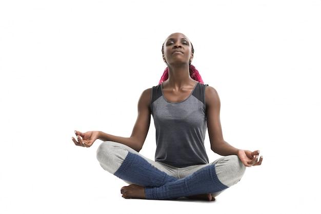 Donna facendo esercizi di yoga Foto Premium