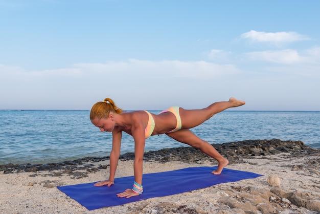 Donna facendo yoga Foto Premium