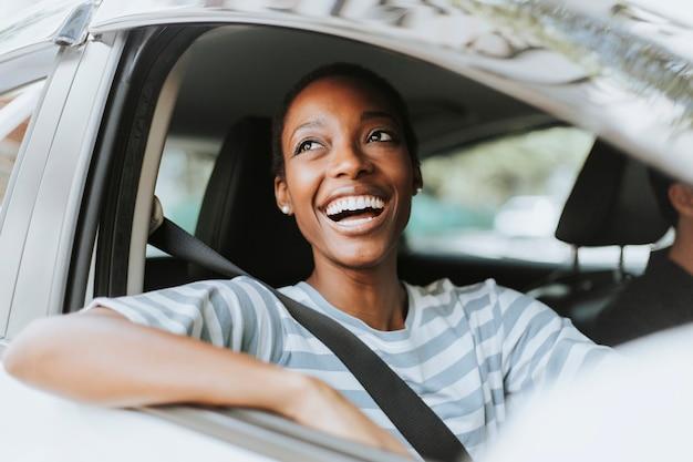 Donna felice alla guida di un'auto Foto Premium