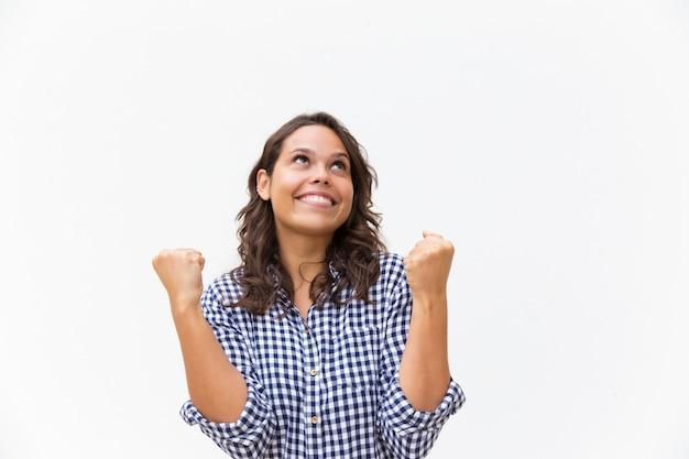 Donna felice allegra che fa gesto e cercare del vincitore Foto Gratuite