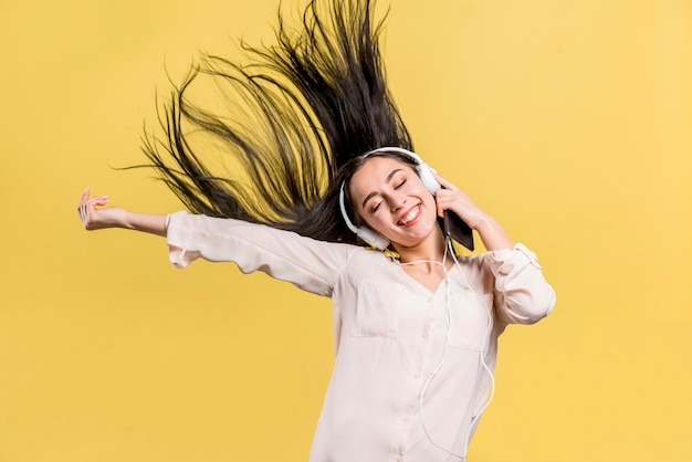 Donna felice ascoltando musica Foto Gratuite