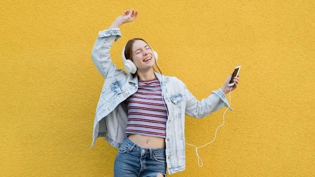Donna felice che ascolta la musica Foto Gratuite