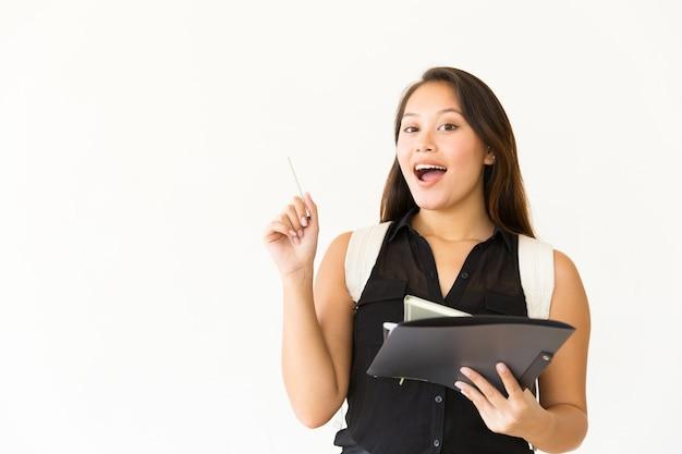 Donna felice con cartella e penna Foto Gratuite