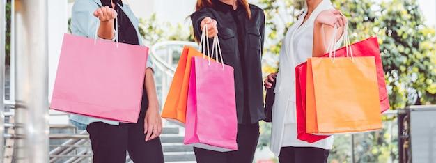 Donna felice con i sacchetti della spesa che gode nello shopping. donne che acquistano, concetto di stile di vita Foto Premium