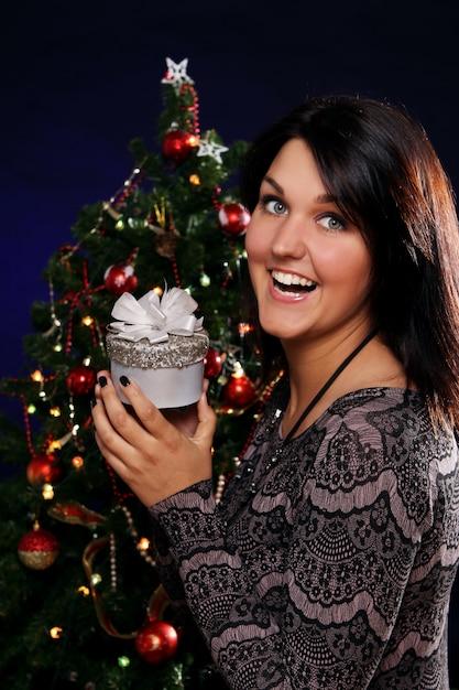 Donna felice con regalo di natale Foto Gratuite