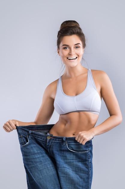 Donna felice dopo la perdita di peso Foto Premium