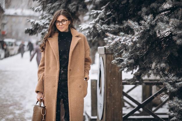 Donna felice in cappotto in inverno fuori Foto Gratuite