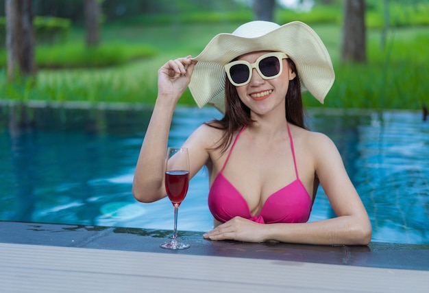 Donna felice in piscina Foto Premium