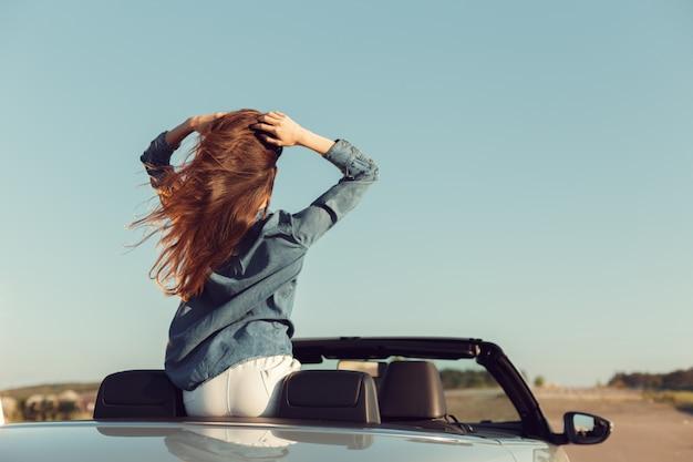 Donna felice viaggiatore in auto cabrio Foto Premium