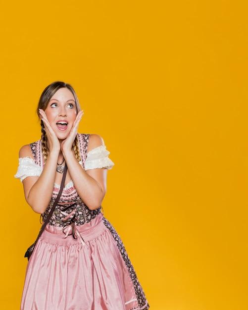 Donna festiva in abito bavarese Foto Gratuite