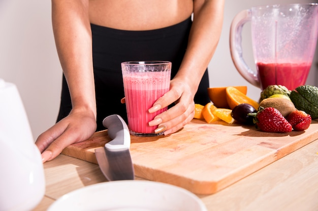 Donna fitness bevendo un succo di disintossicazione Foto Gratuite