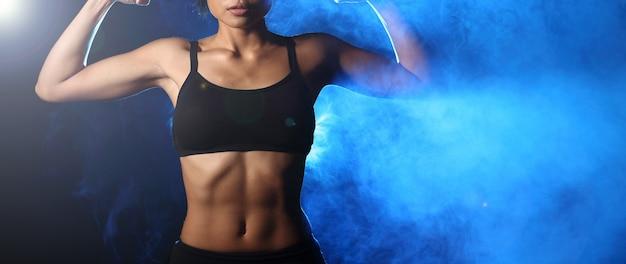 Donna fitness facendo esercizio Foto Premium