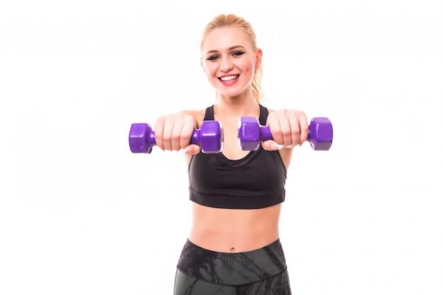 Donna fitness lavorando con manubri blu Foto Gratuite