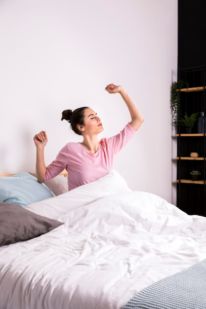 Donna fitness svegliarsi al mattino Foto Gratuite
