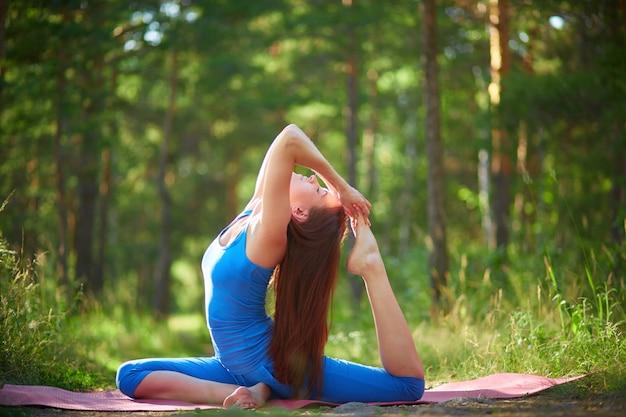 Donna flessibile facendo esercizi di stretching Foto Gratuite