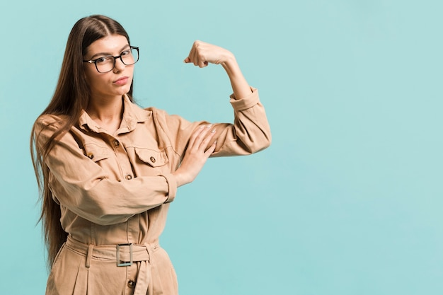 Donna forte vista frontale in studio Foto Gratuite