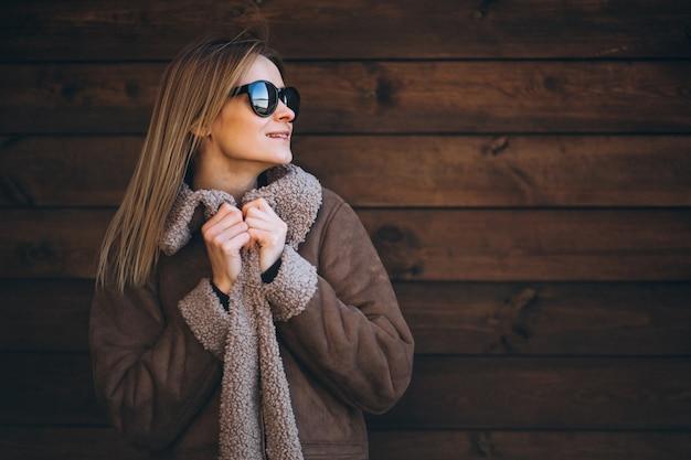 Donna fuori sullo sfondo in legno Foto Gratuite