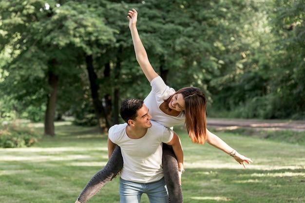 Donna giocosa guardando il suo fidanzato Foto Gratuite