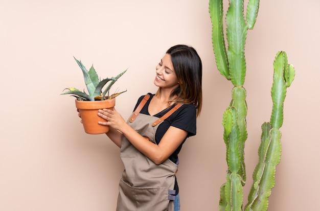 Donna giovane giardiniere con piante Foto Premium