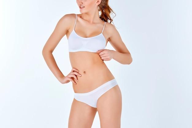Donna giovane, magra, sana e bella in lingerie bianca Foto Gratuite