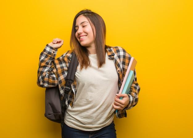 Donna giovane studente ballare e divertirsi Foto Premium