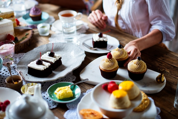 Donna godendo con torta dolce da dessert Foto Premium
