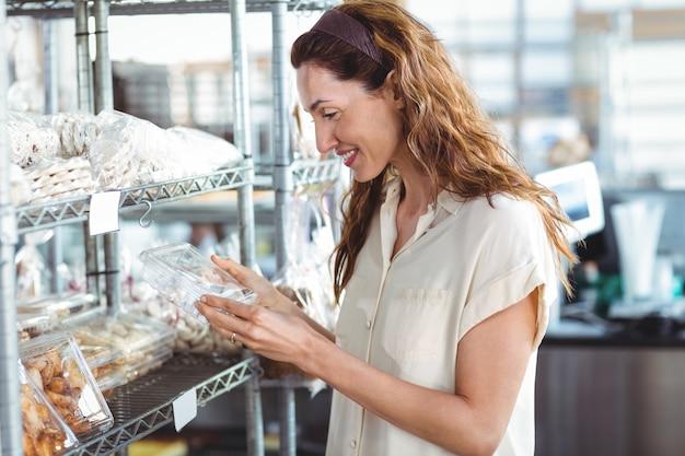 Donna graziosa che compera nel forno Foto Premium