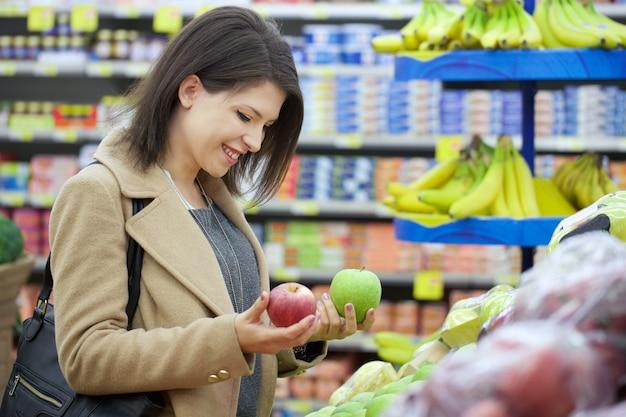 Donna graziosa comprare al supermercato Foto Premium