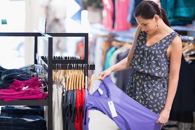 Donna guardando il cartellino del prezzo Foto Premium