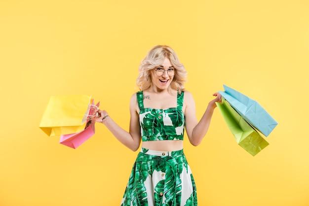 Donna in abito colorato con pacchetti Foto Gratuite