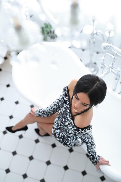Donna in abito di paillettes Foto Gratuite