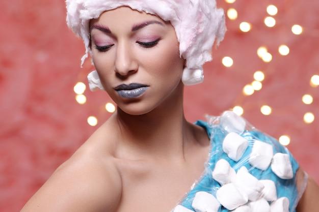 Donna in abito insolito fatto di marshmallow e parrucca di zucchero filato Foto Gratuite