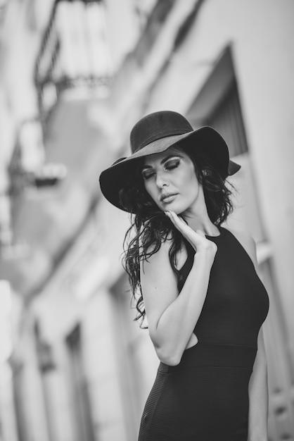 cheaper 7b81c c368e Donna in abito stretto e un cappello in bianco e nero ...