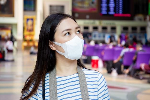 Donna in buona salute con maschera Foto Premium