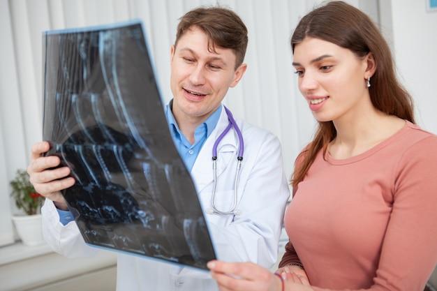 Donna in buona salute felice che parla con il suo medico dopo la scansione mri Foto Premium
